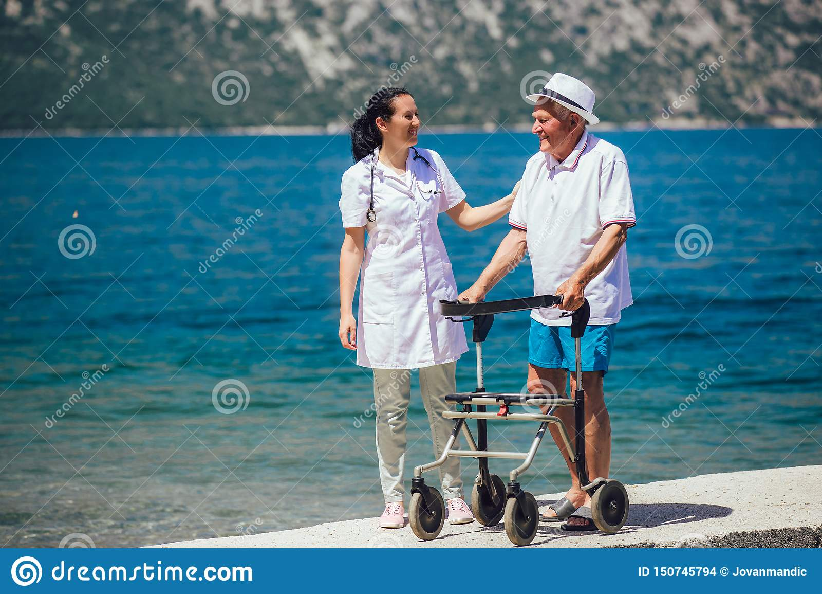 Вынянчите помогая пожилого старшего человека