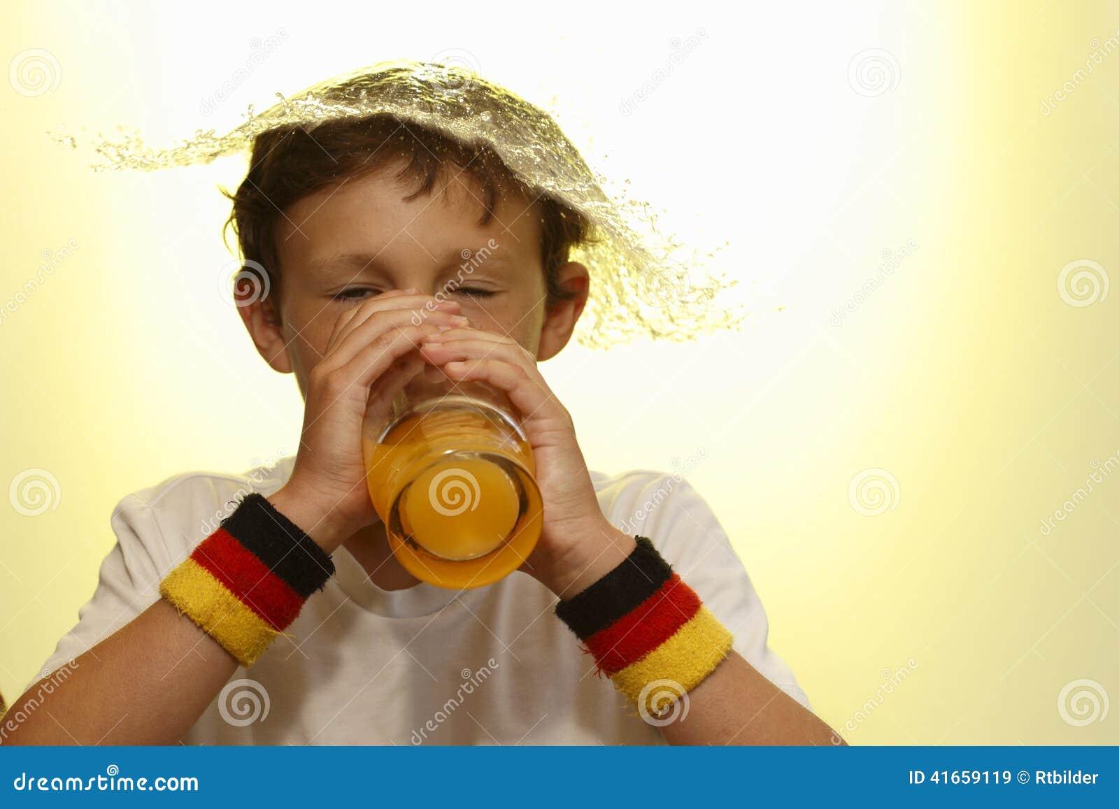 выпивать мальчика