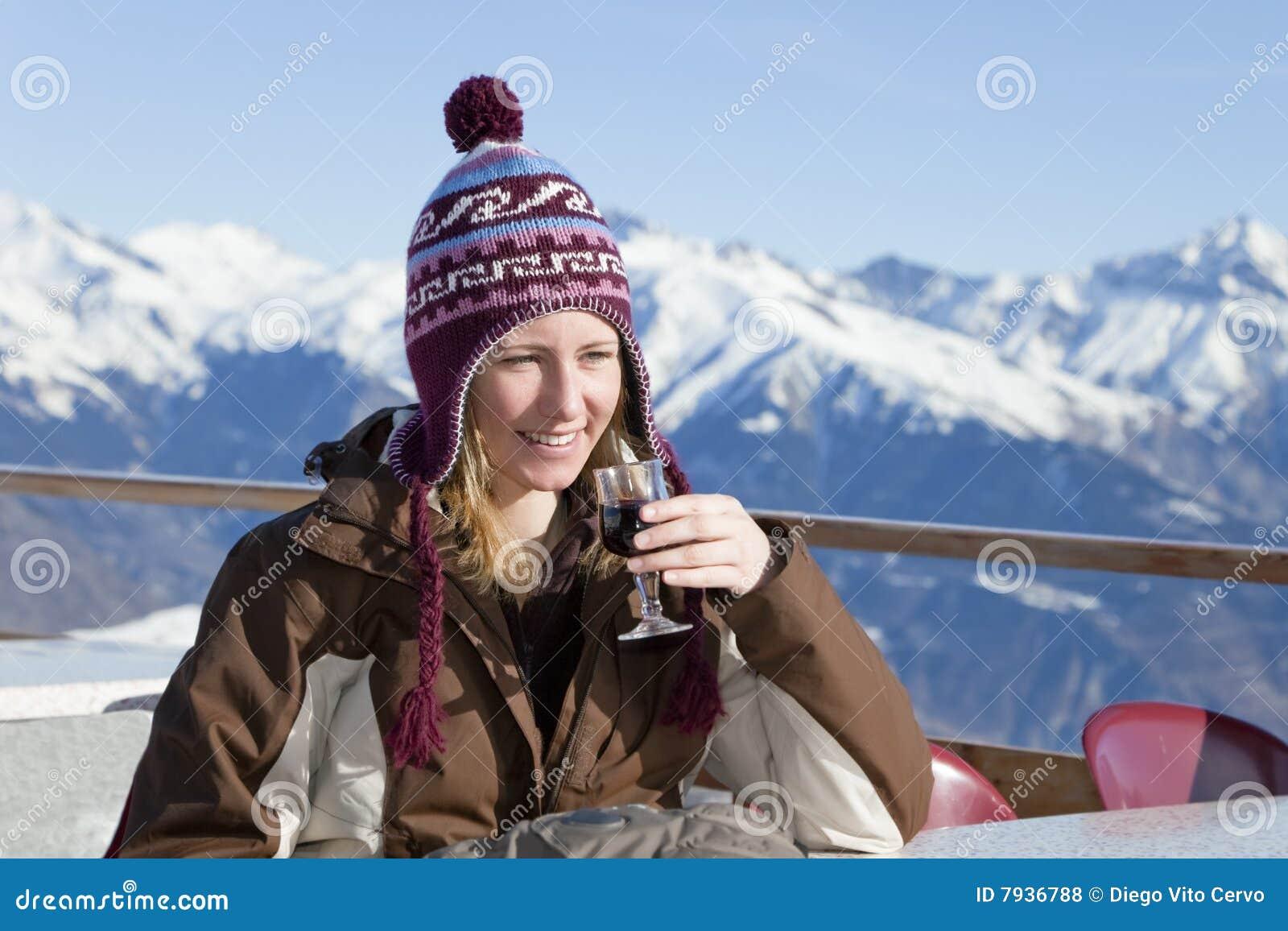 выпивая женщина красного вина