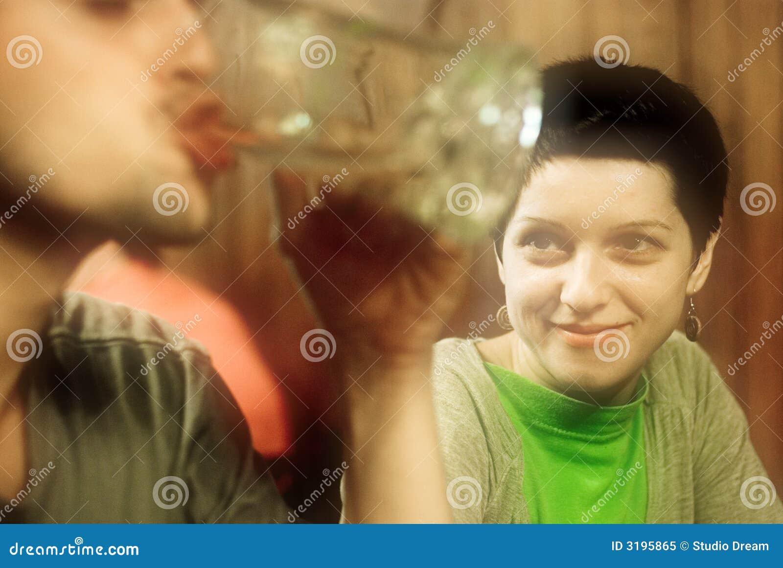 выпивая женщина человека сь