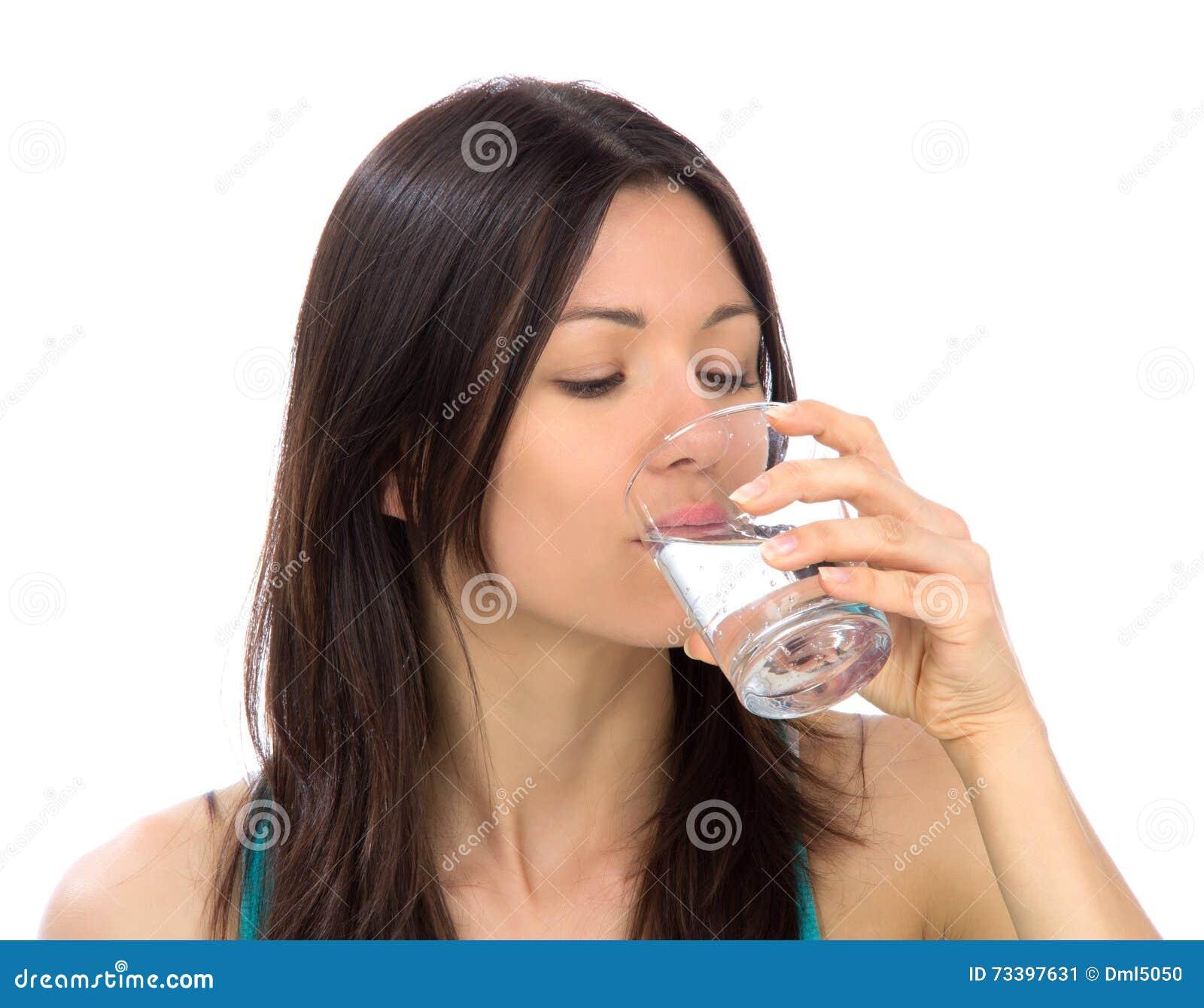 выпивая изолированная женщина воды