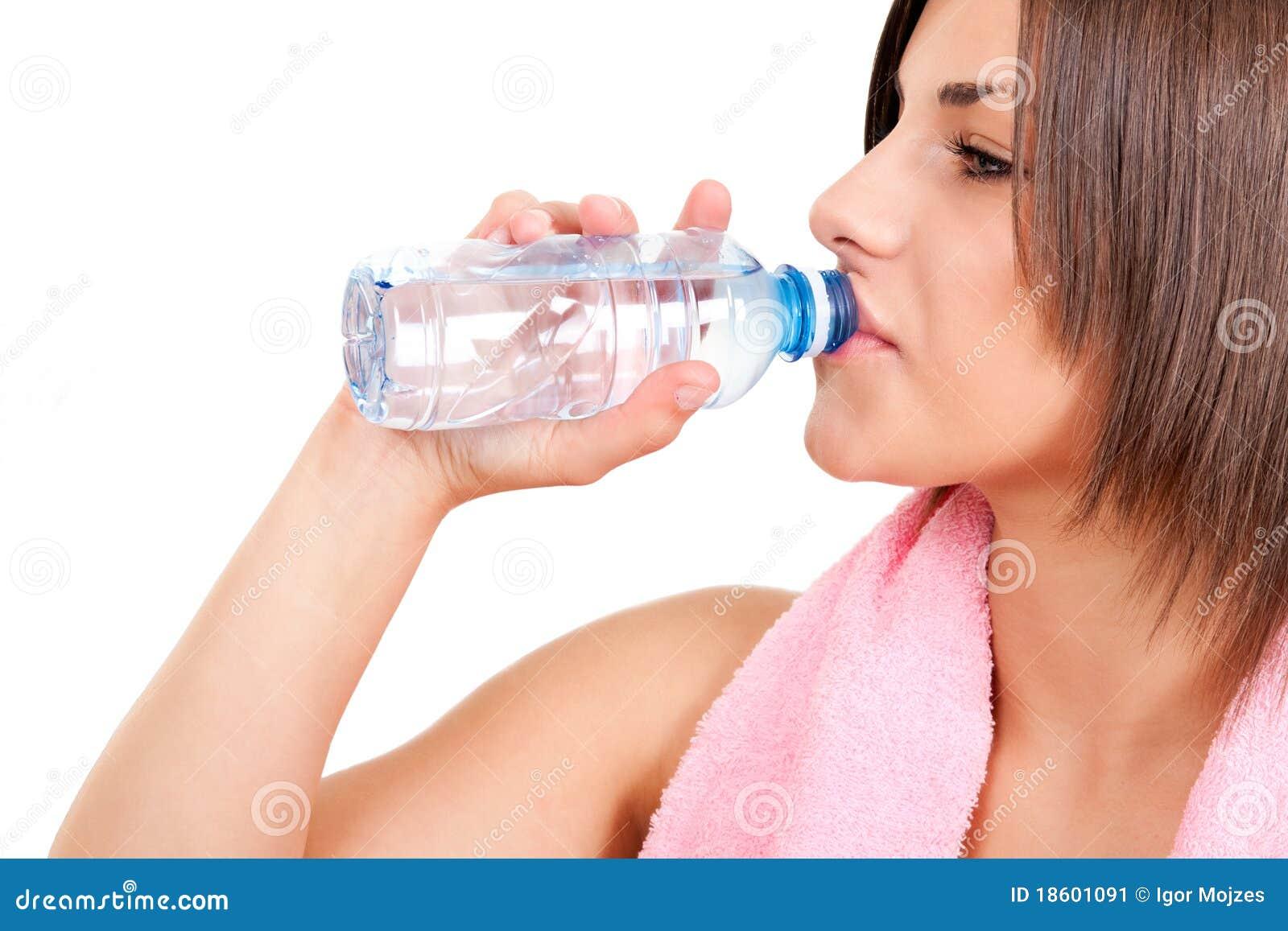 выпивая испытывающий жажду женщина воды