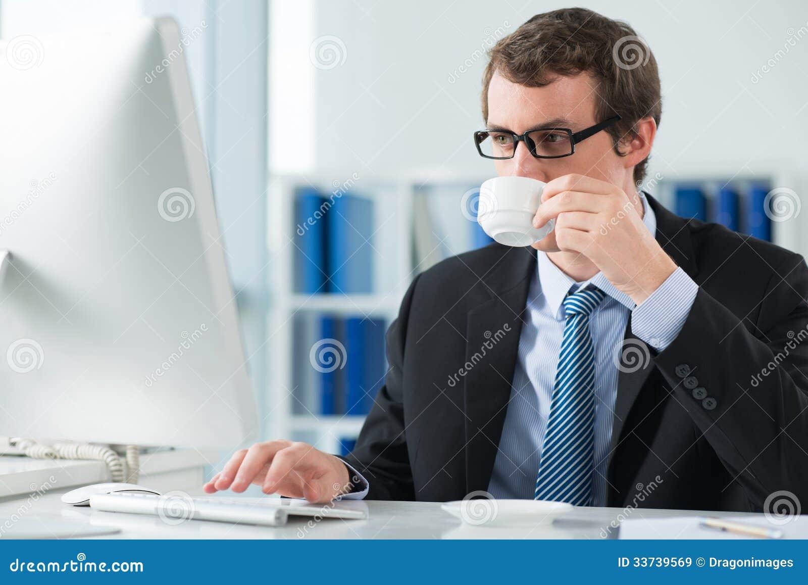 Выпивая кофе утра