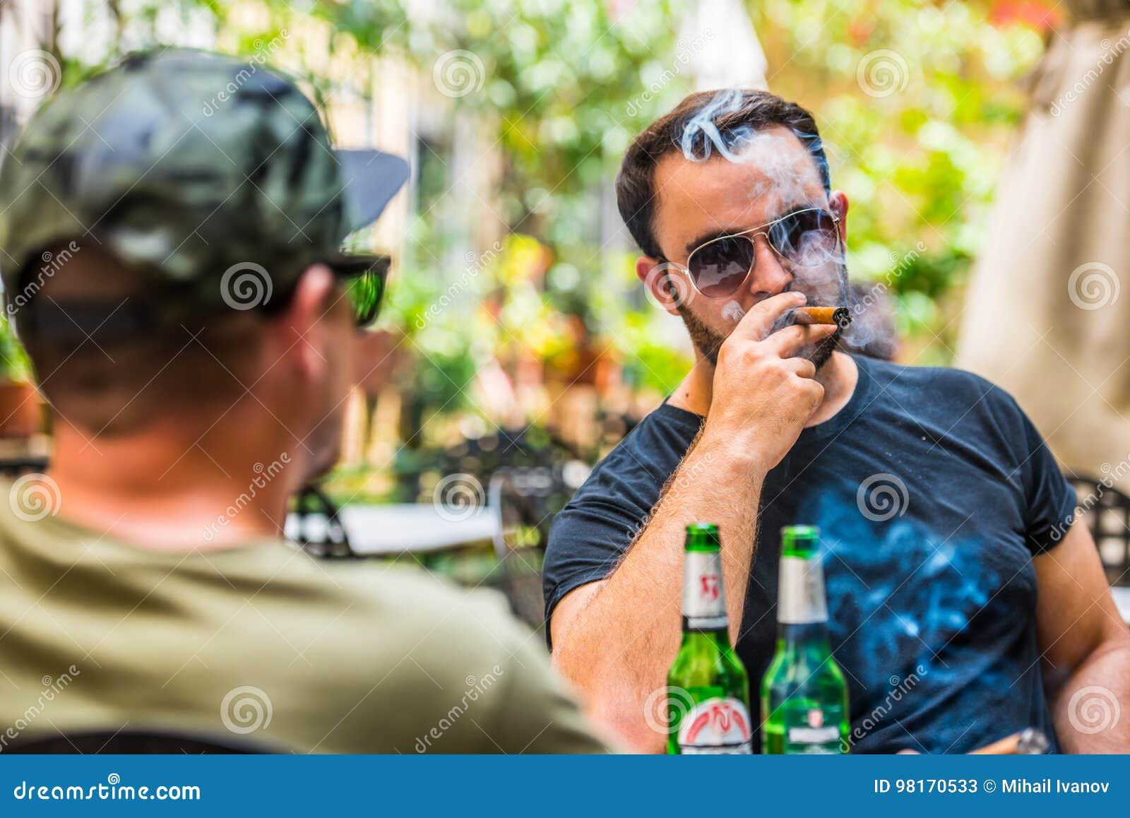 Выпивая пив и курить сигару