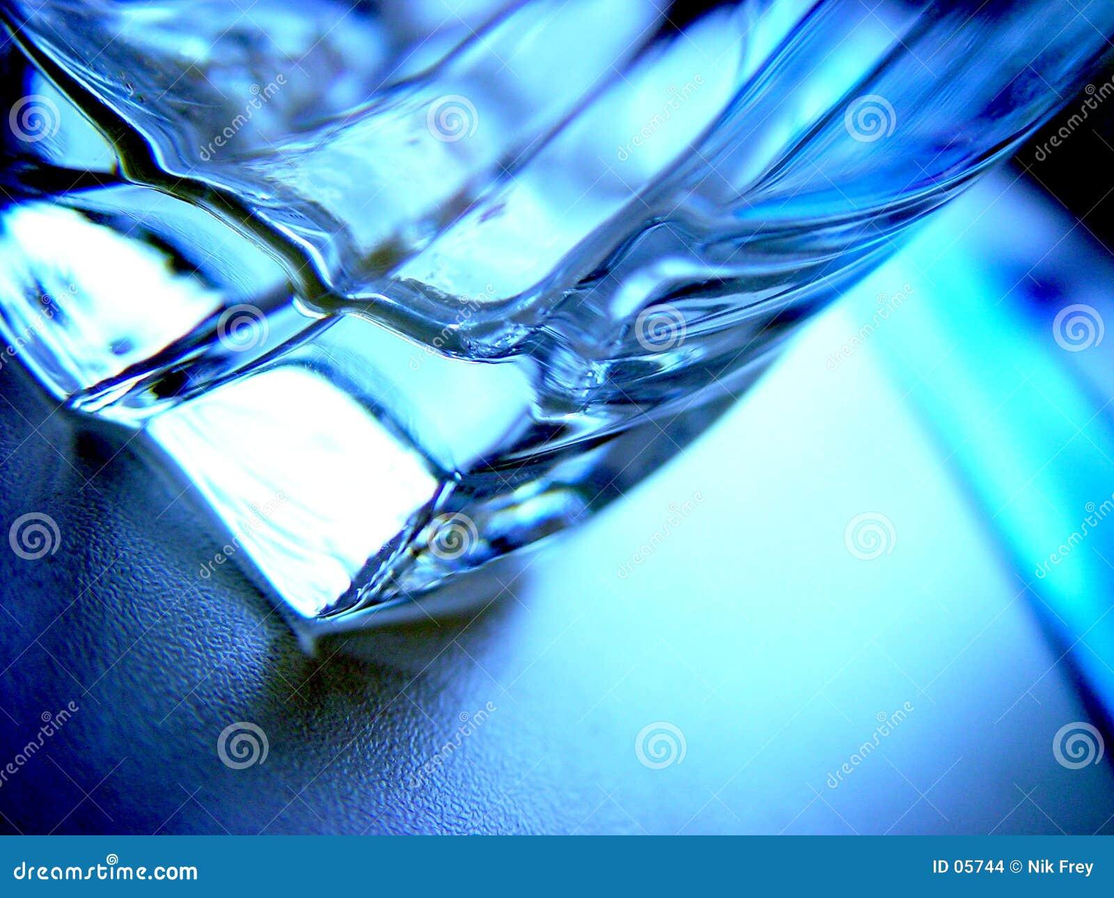 выпивая стекло
