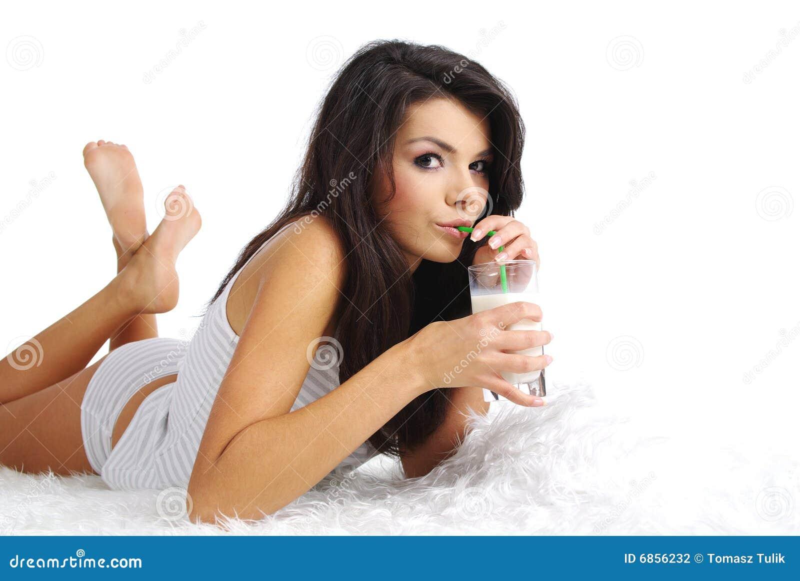 выпивая счастливая женщина молока