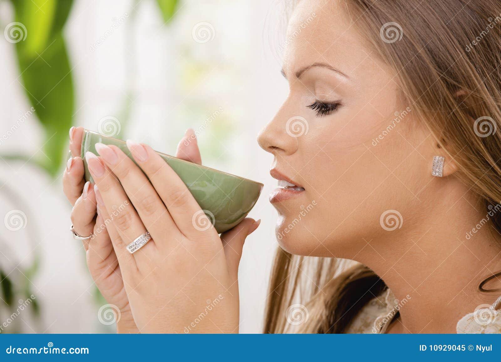 выпивая чай девушки