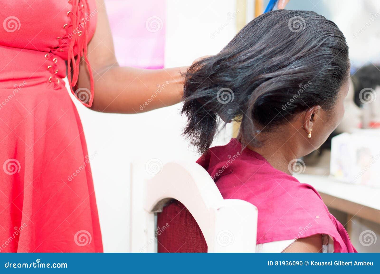 Выправлять волосы клиента