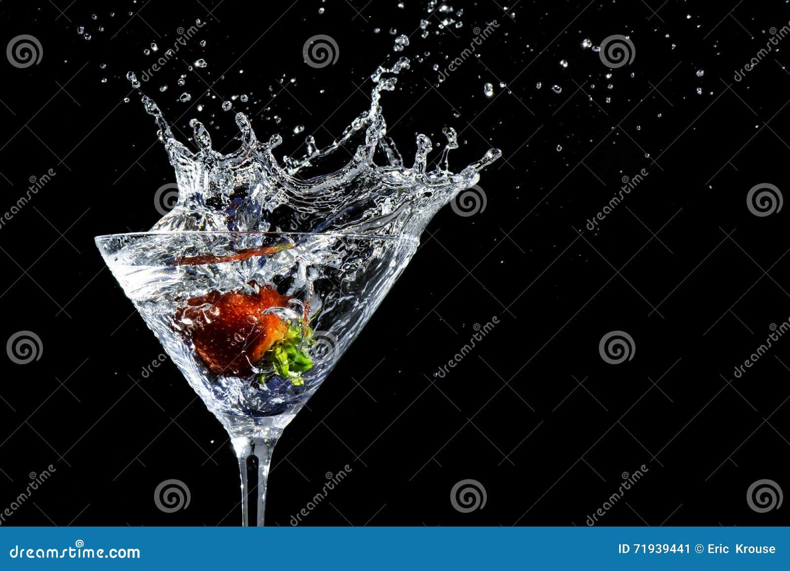 Выплеск питья Мартини клубники