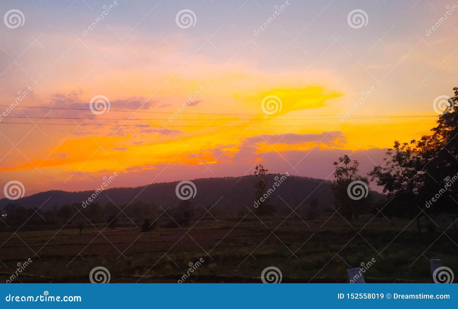 Выравнивать небо цвета времени захода солнца красивое