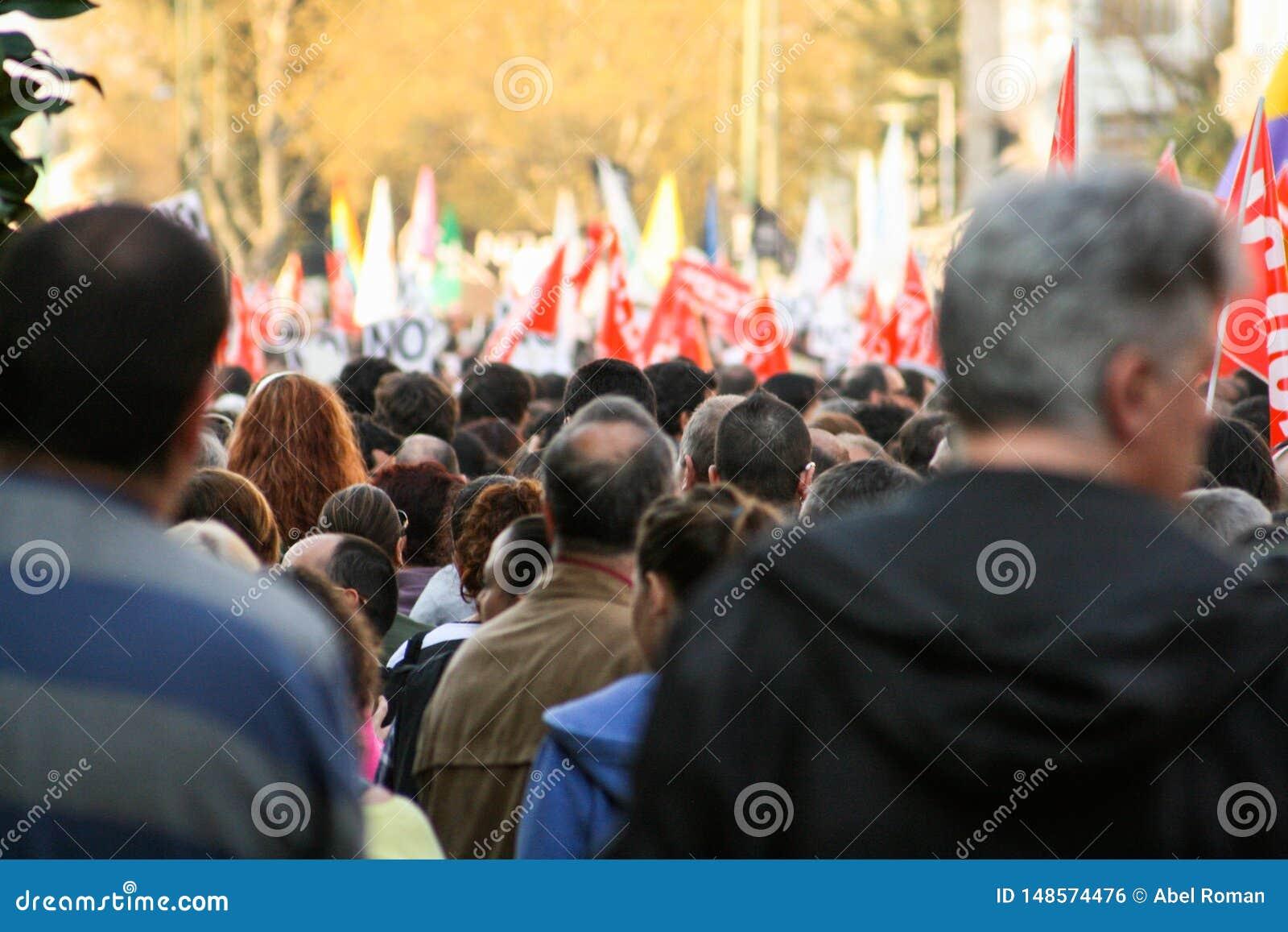 Выраженность людей, протесты гражданства с defocused флагами на заднем плане