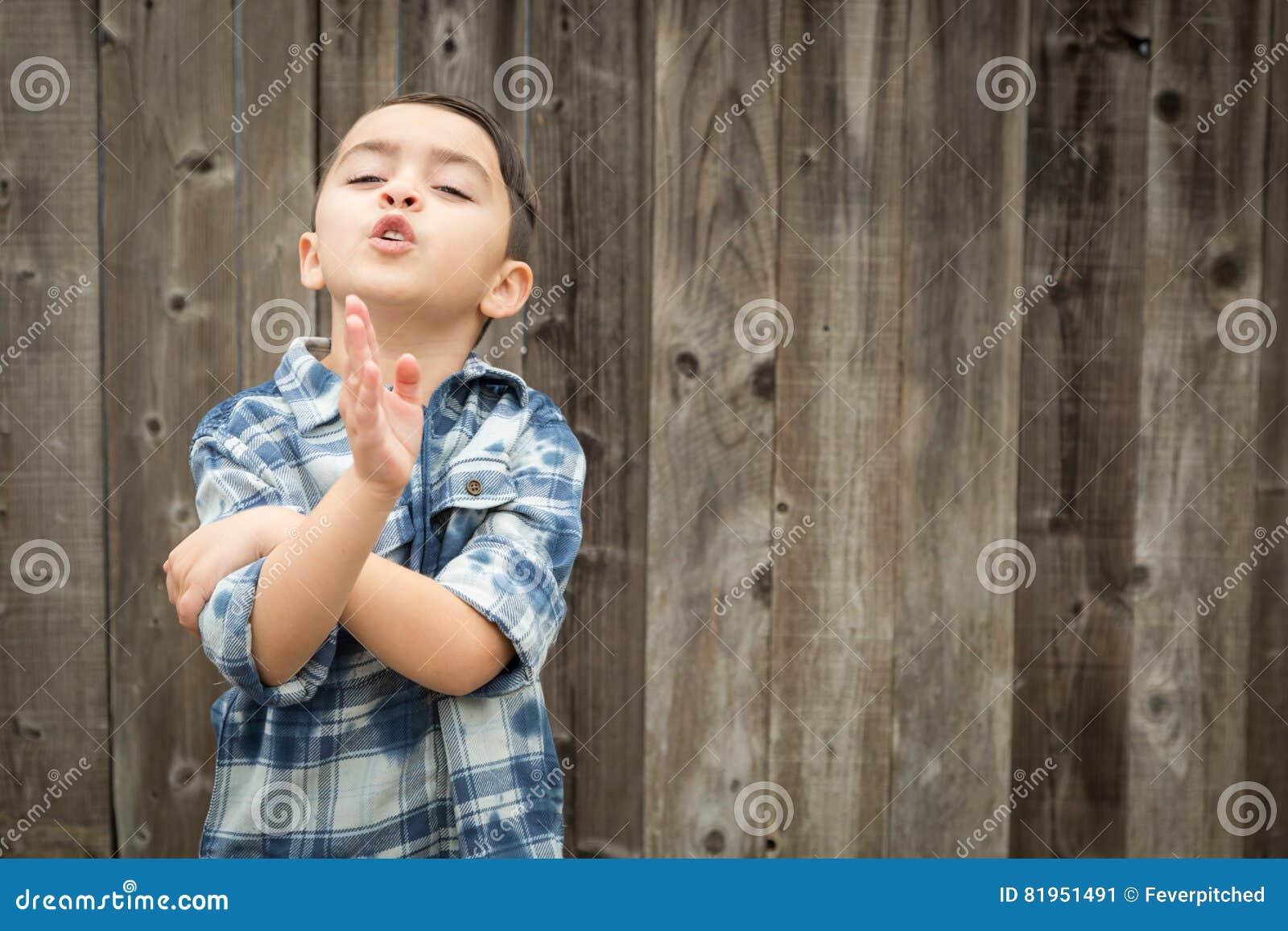 Выразительный молодой мальчик смешанной гонки делая жесты рукой