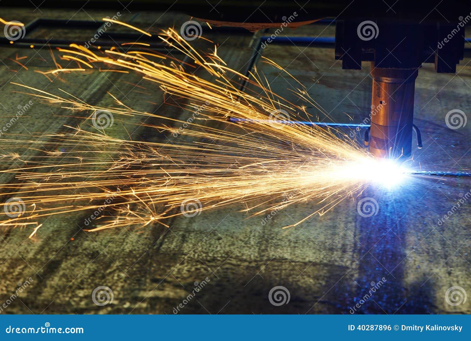 Вырезывание лазера или плазмы металлического листа с искрами