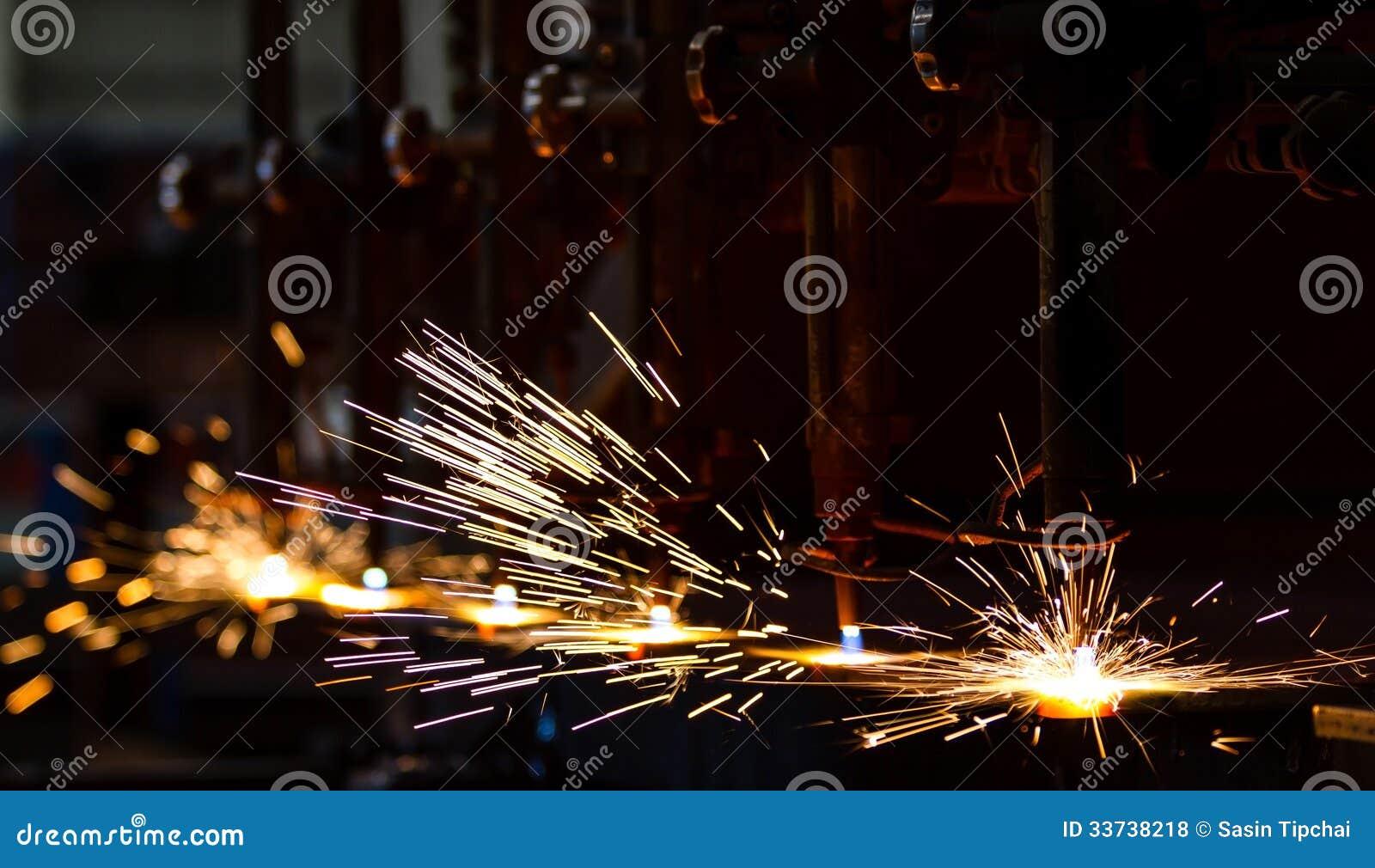 Вырезывание CNC с искрами
