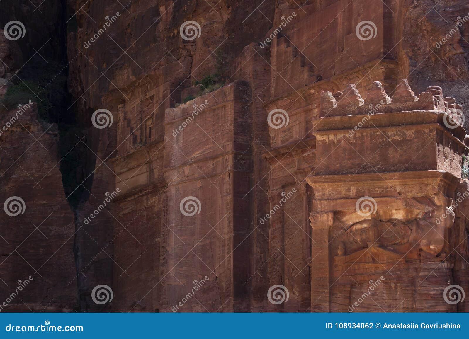 Высекаенные стены