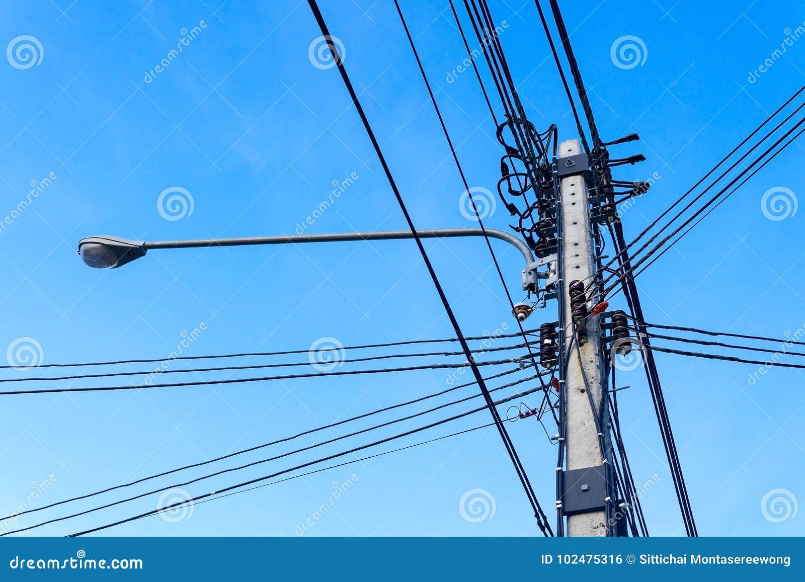 высокая линия напряжение тока силы полюса
