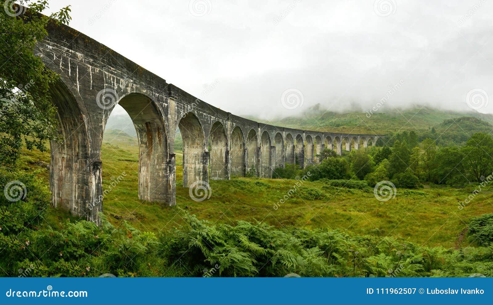 Высокая панорама разрешения виадука железной дороги Glenfinnan