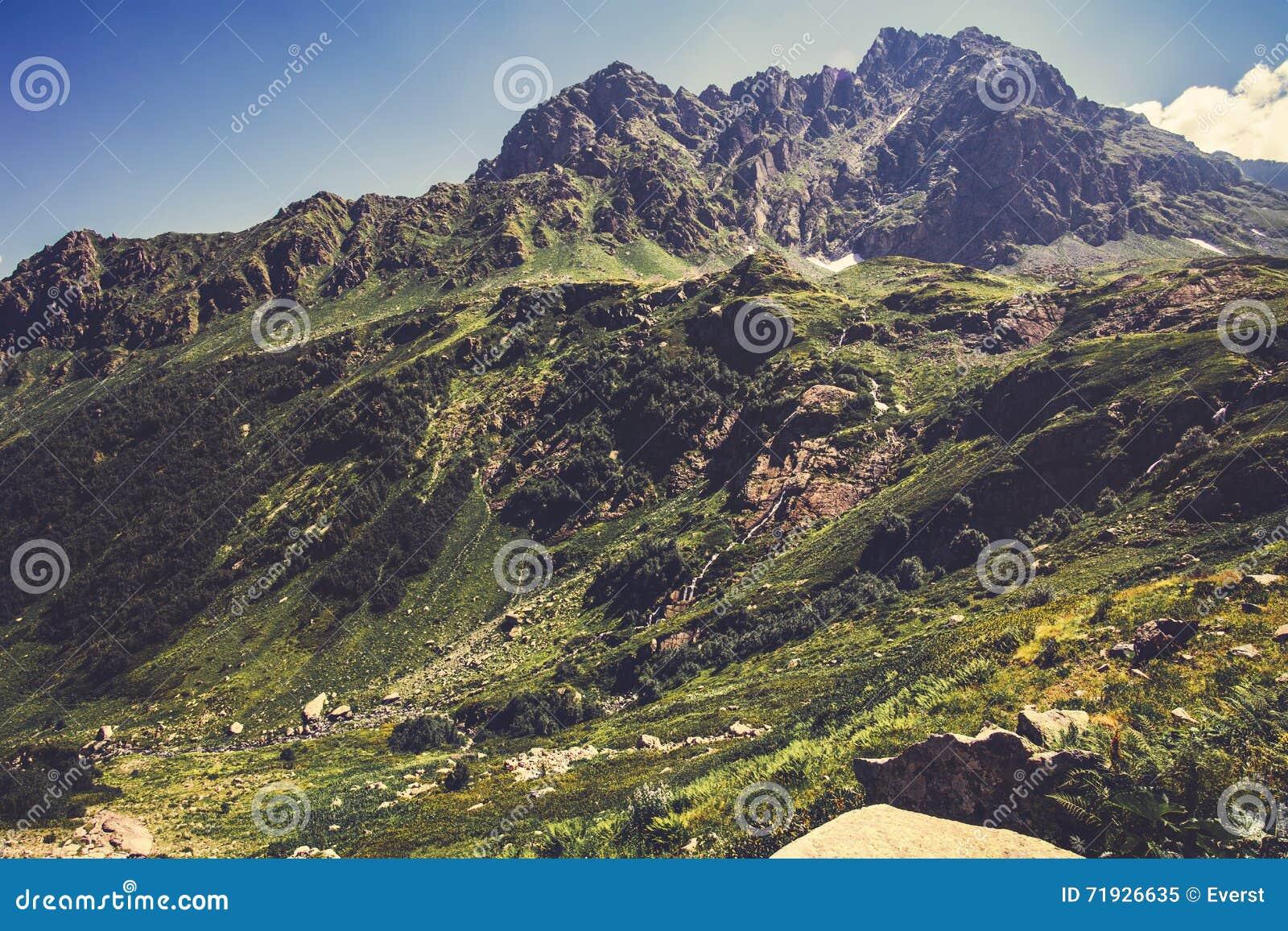 Высокие скалистые горы и ландшафт голубого неба