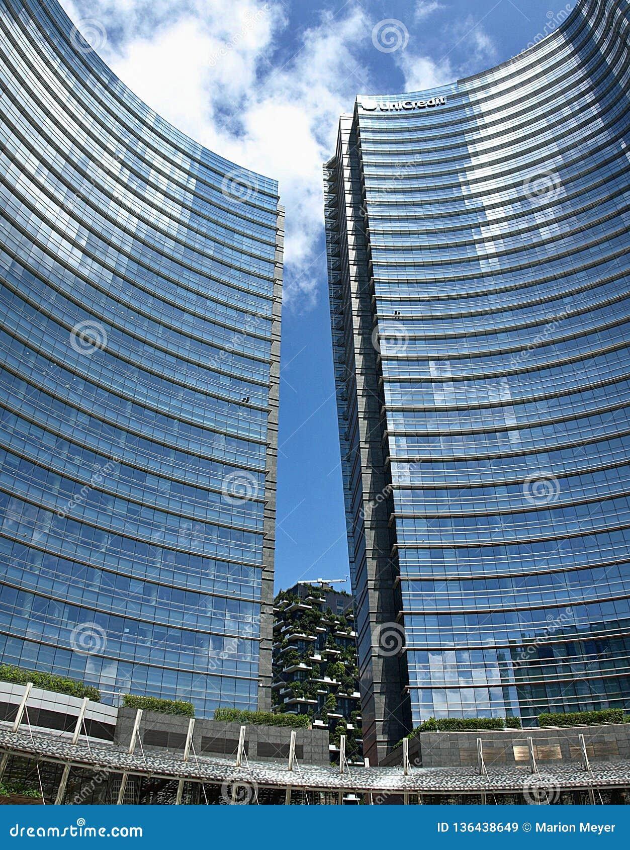 Высокие современные scyscrapers в Милане