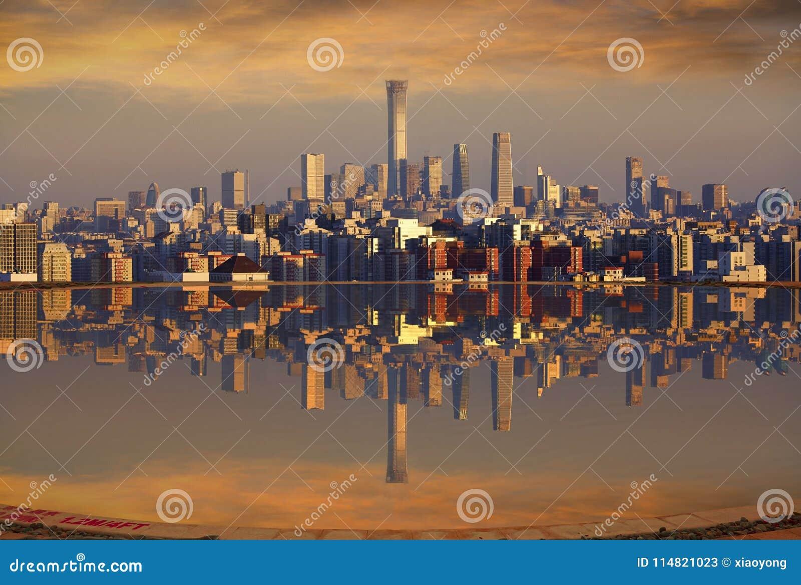 Высокий бассейн пола с отражением горизонта Пекина