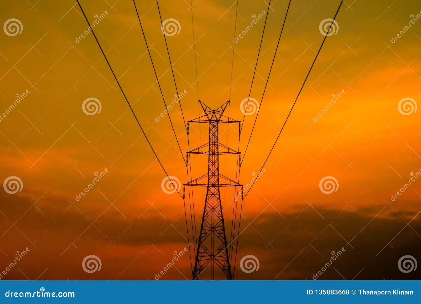 Высоковольтная электрическая опора с небом захода солнца