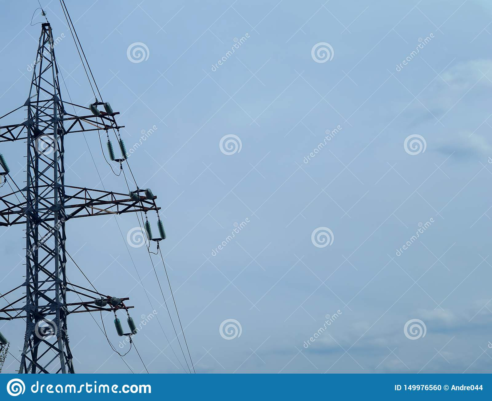 Высоковольтный столб для того чтобы передать электричество против неба