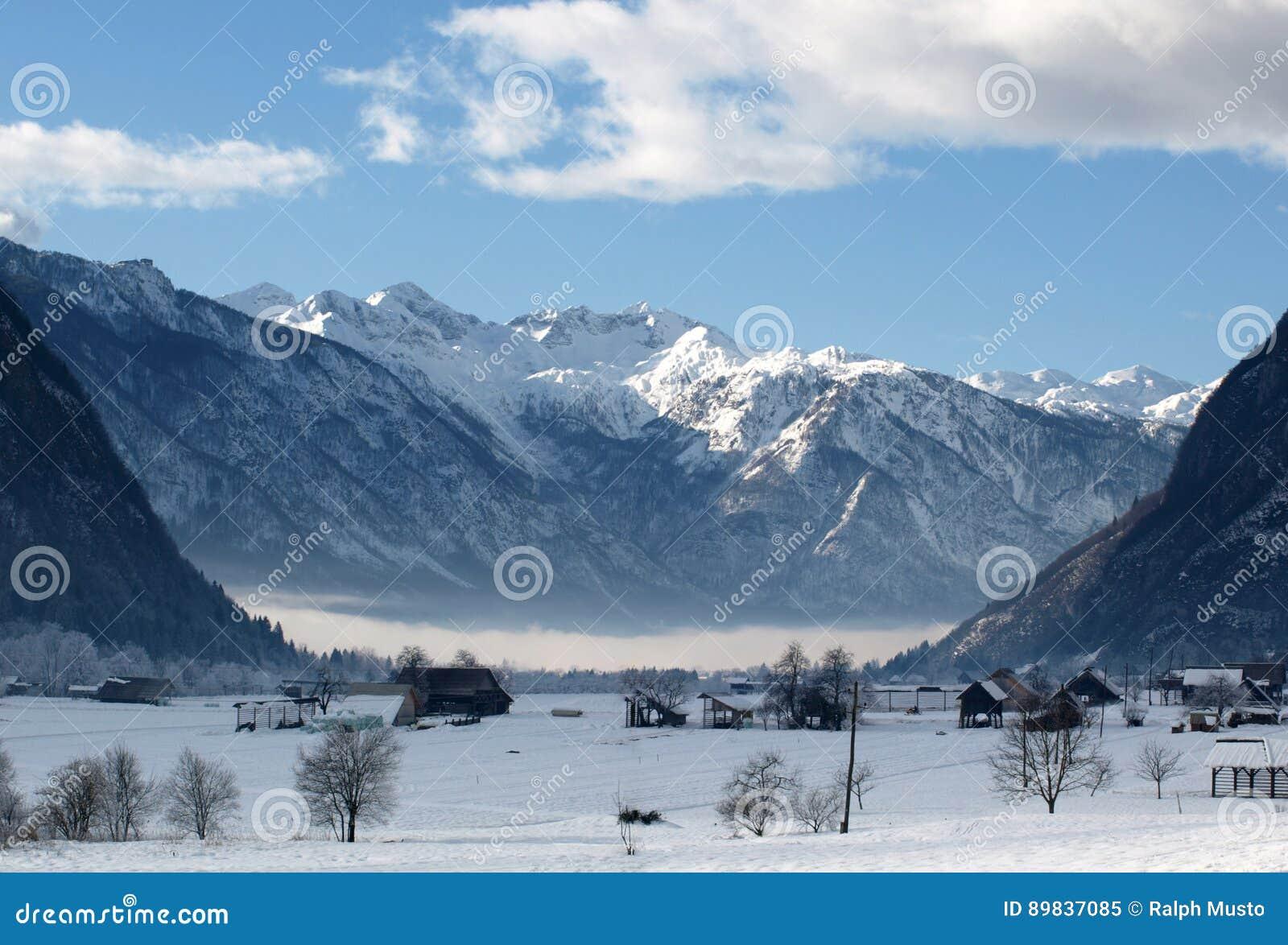 Высокогорная долина зимы