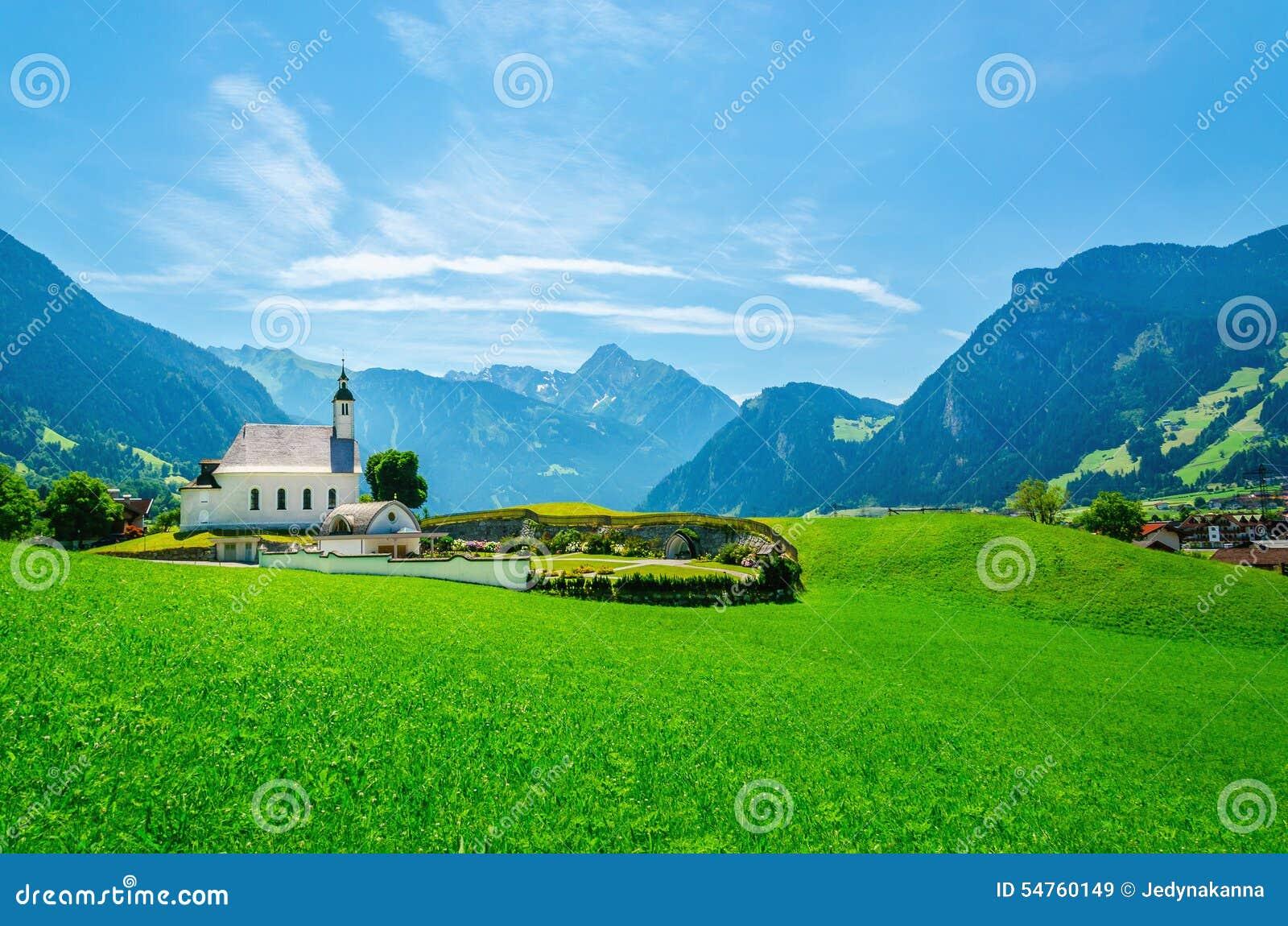 Высокогорный ландшафт с типичным австрийцем Альпами церков