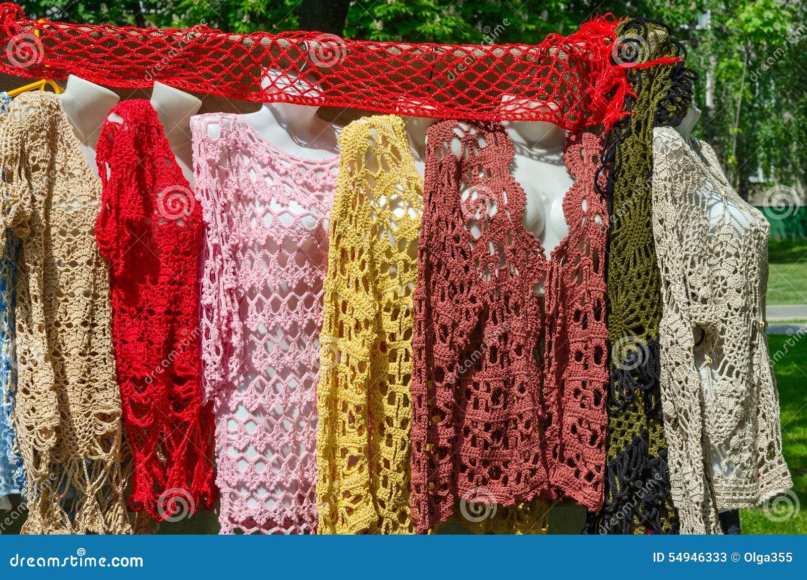 выставка и продажа одежды вязать крючком крючком женщин стоковое