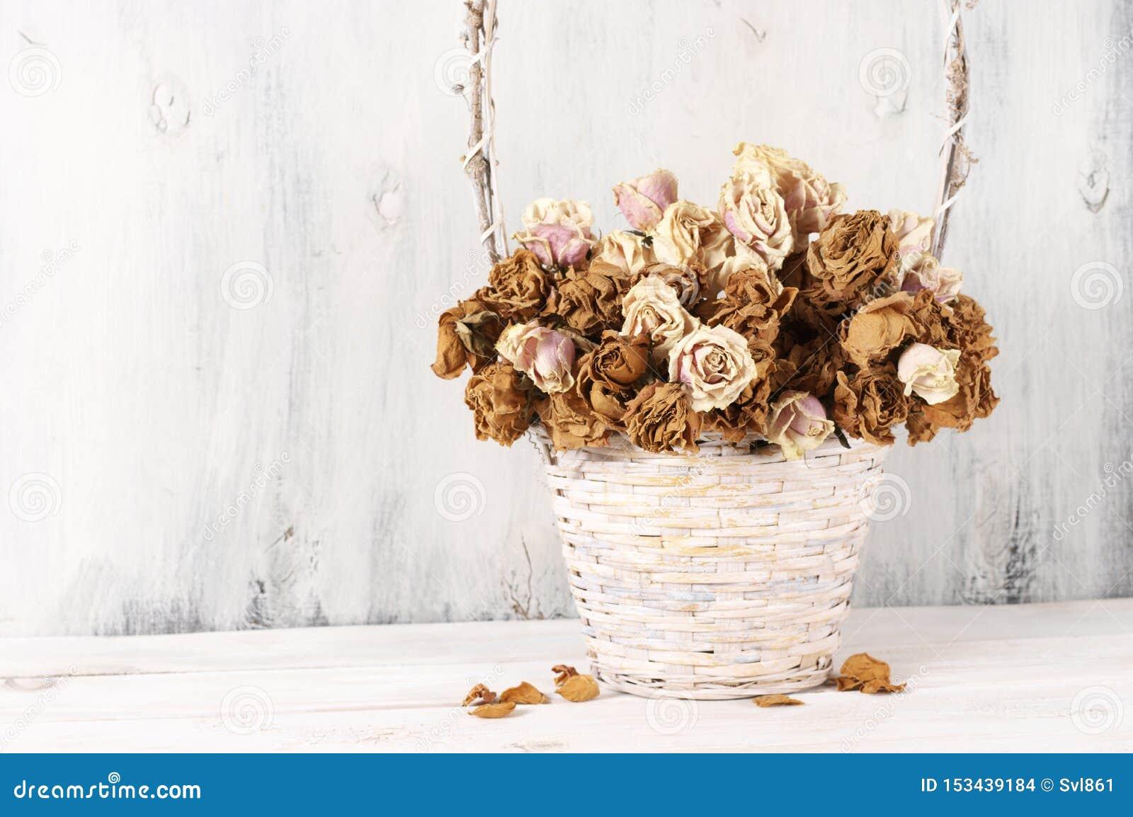 Высушенные розы в корзине