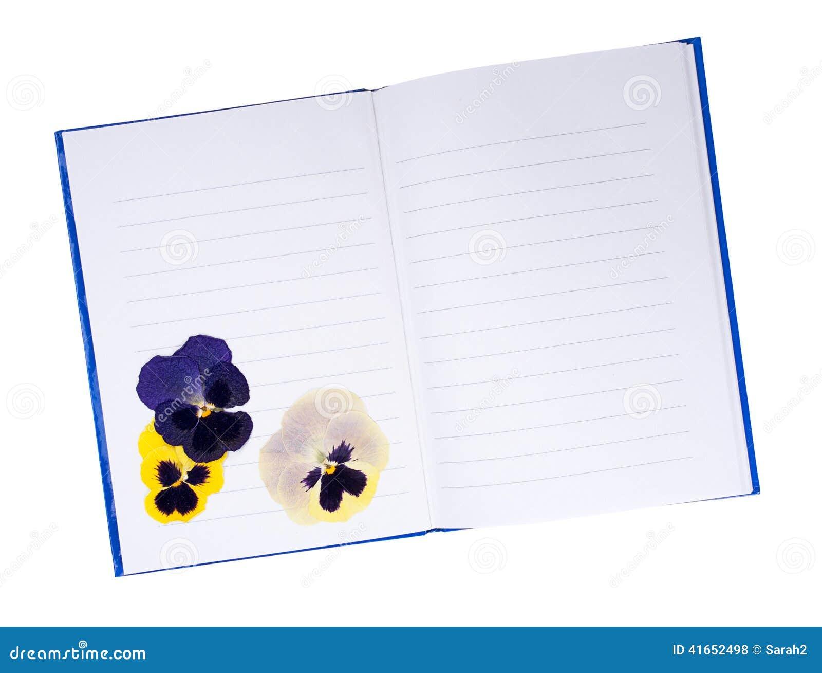 Высушенный отжатый pansy цветет в тетради - памятях, летах в прошлом