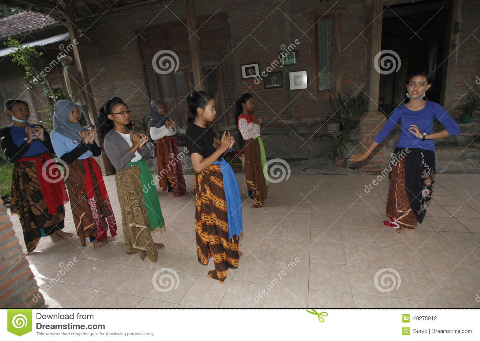 Выучите танец Javanese