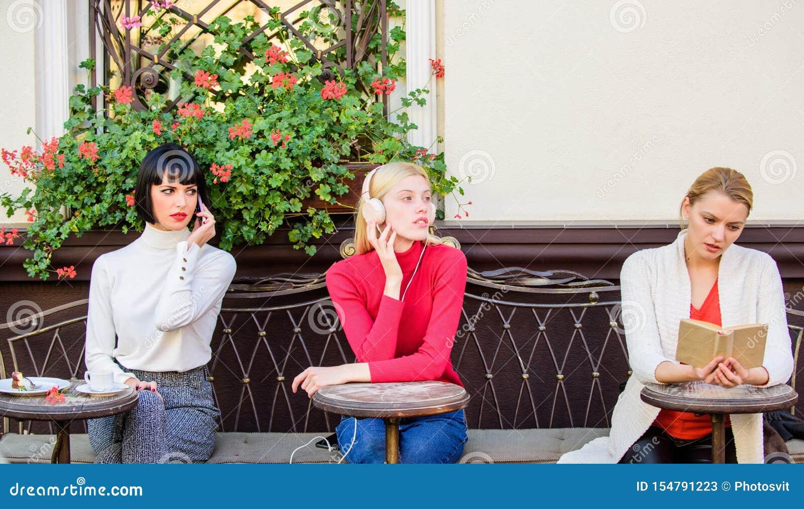 Выходные ослабляют и отдых Хобби и отдых Различные интересы Терраса кафа женщин группы милая развлечь
