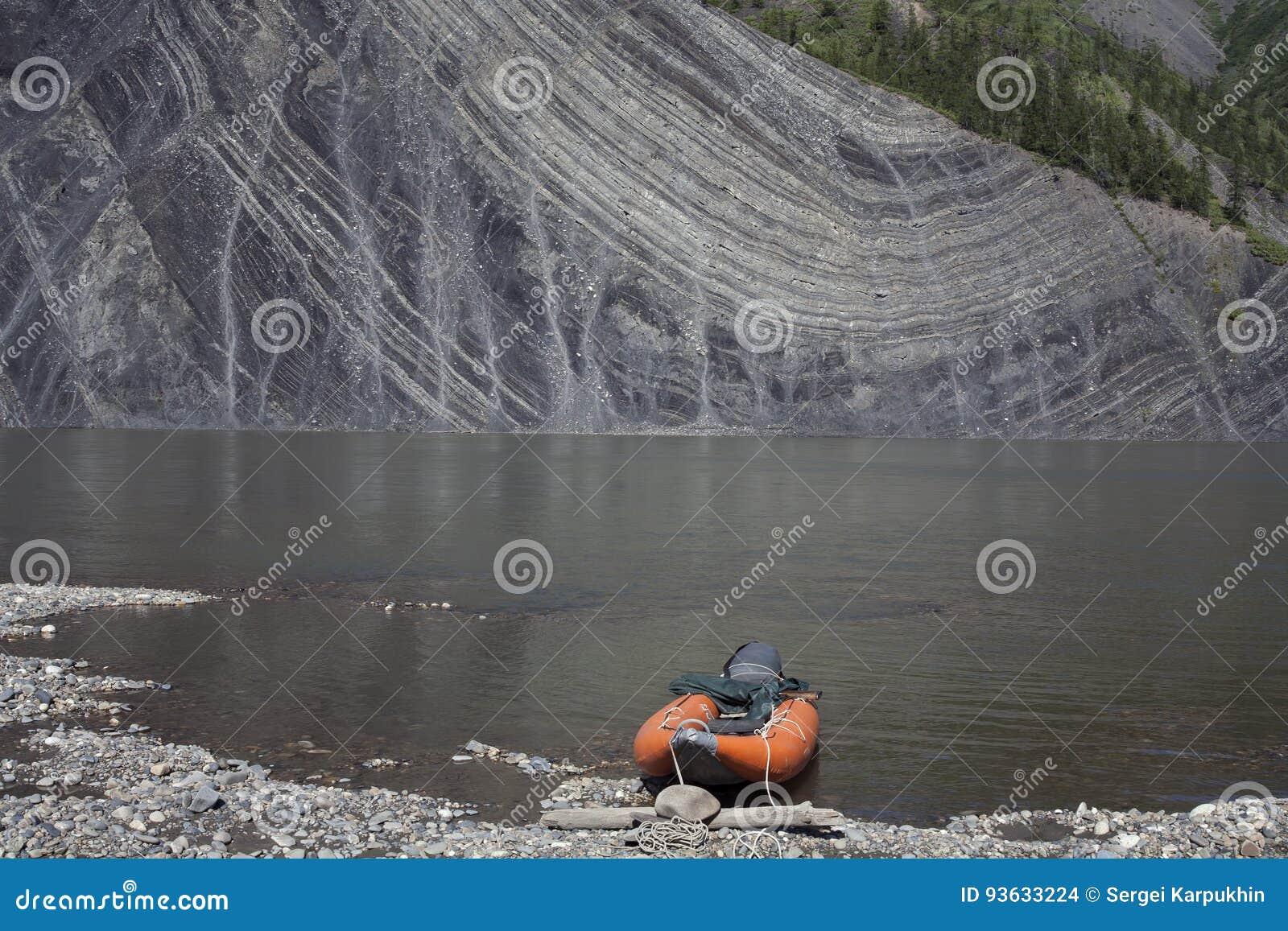 Выход на поверхность утесов в реке