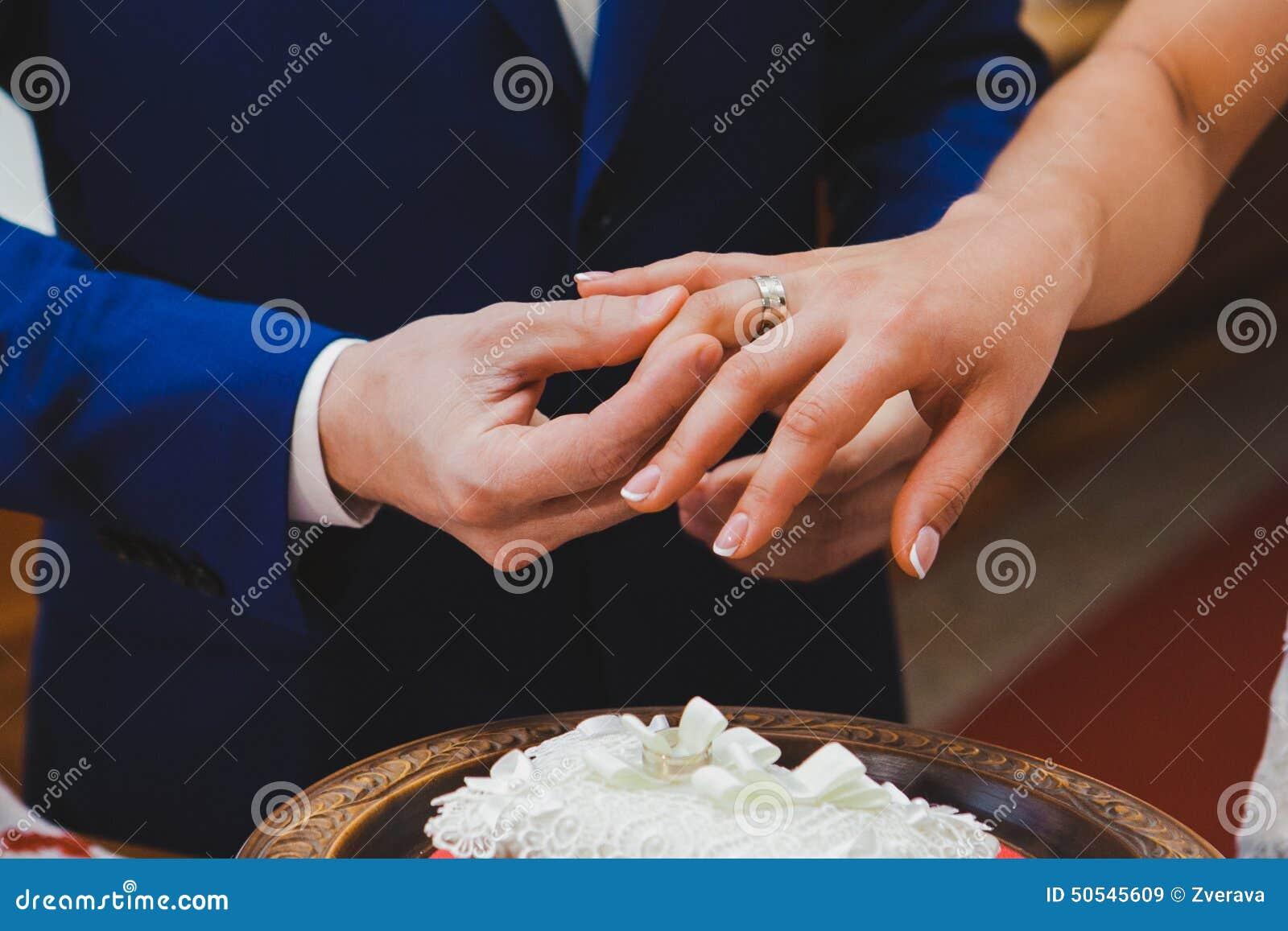 кольцо с бриллиантом на руке фото