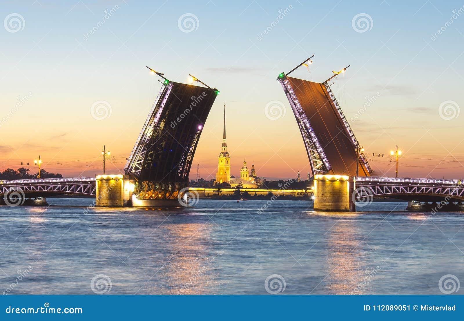 Вычерченная крепость на белых ночах, Санкт-Петербург моста и Питера и Пола дворца, Россия