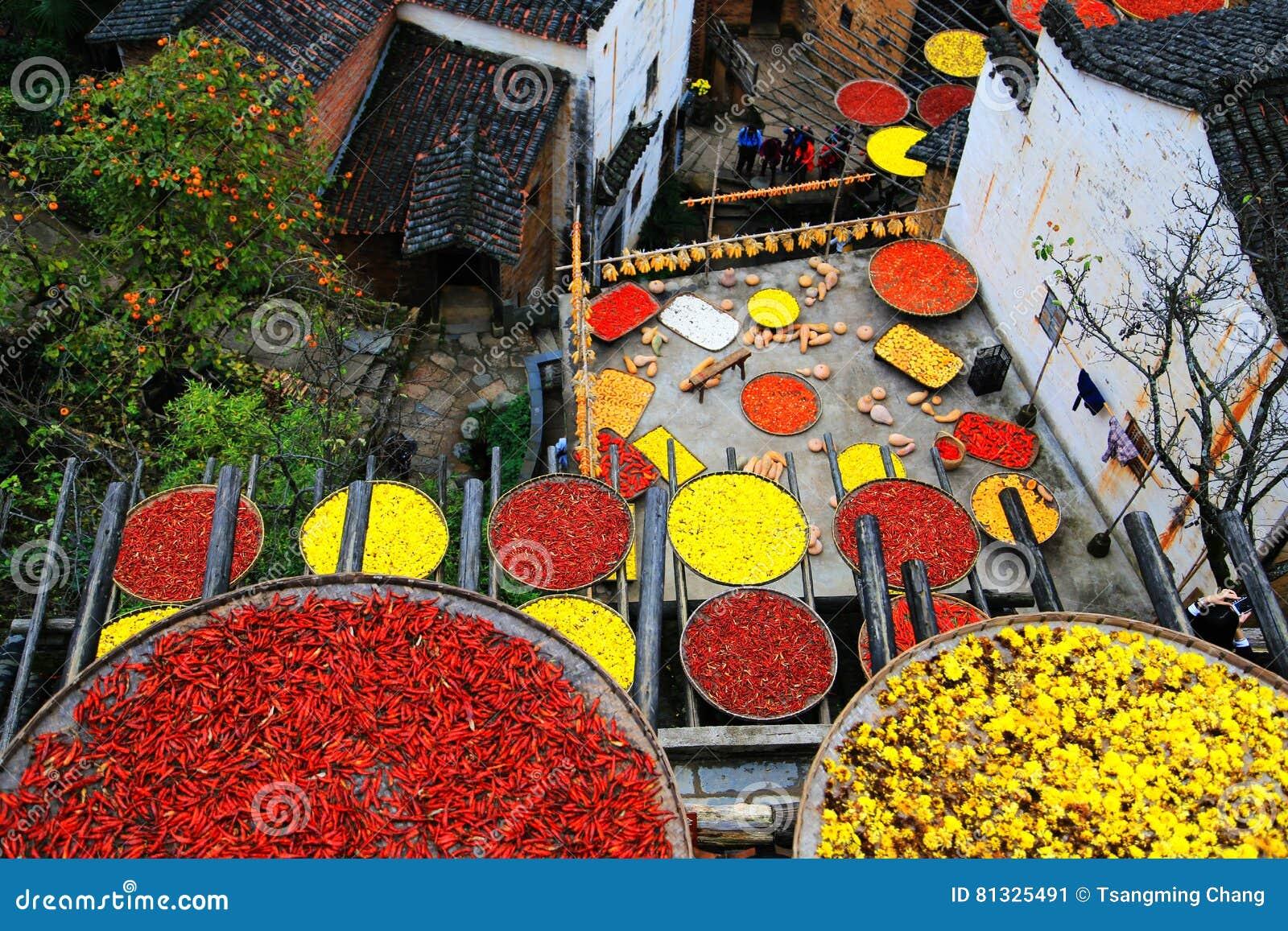 Выдержка урожаев в сезоне осени на деревне Huanglin