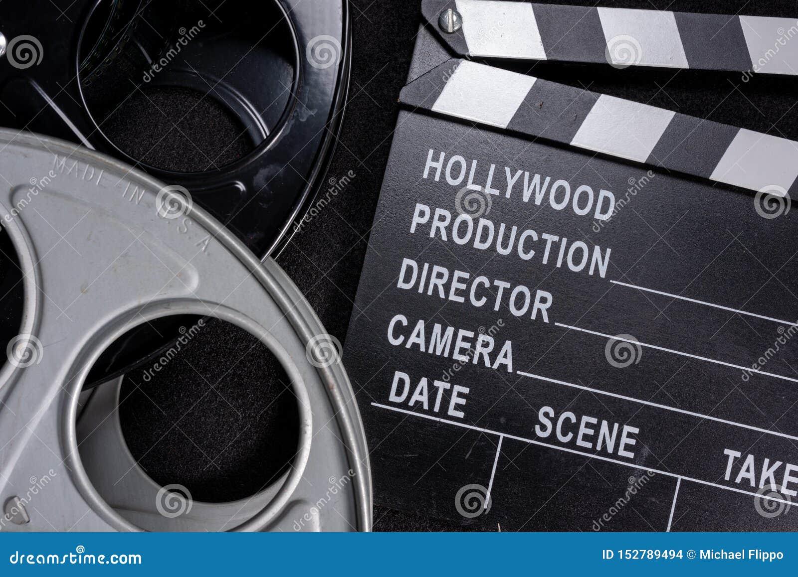 Вьюрок колотушки и фильма фильма на деревянной предпосылке