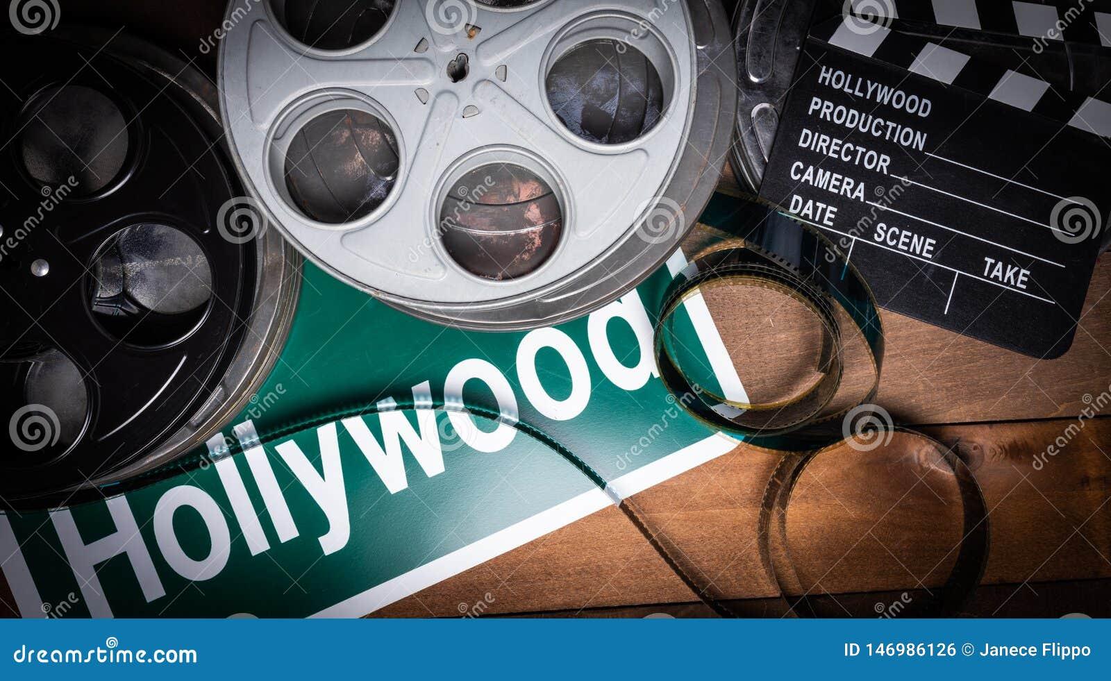 Вьюрок фильма и clapboard Голливуд, предпосылка индустрии развлечений на деревянной таблице