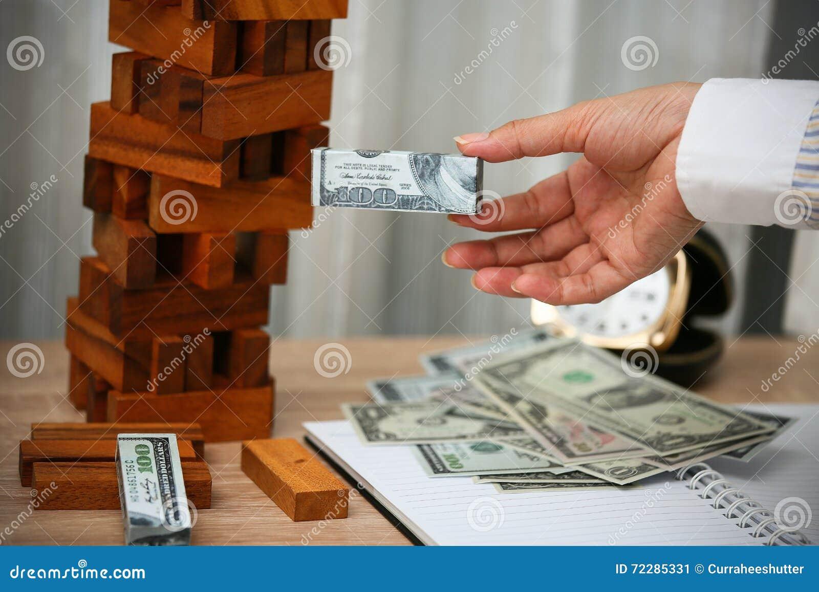 Download владение домашнего ключа принципиальной схемы дела золотистое достигая небо к Планированиe бизнеса инвестором Современные капитал Стоковое Изображение - изображение насчитывающей много, облечение: 72285331