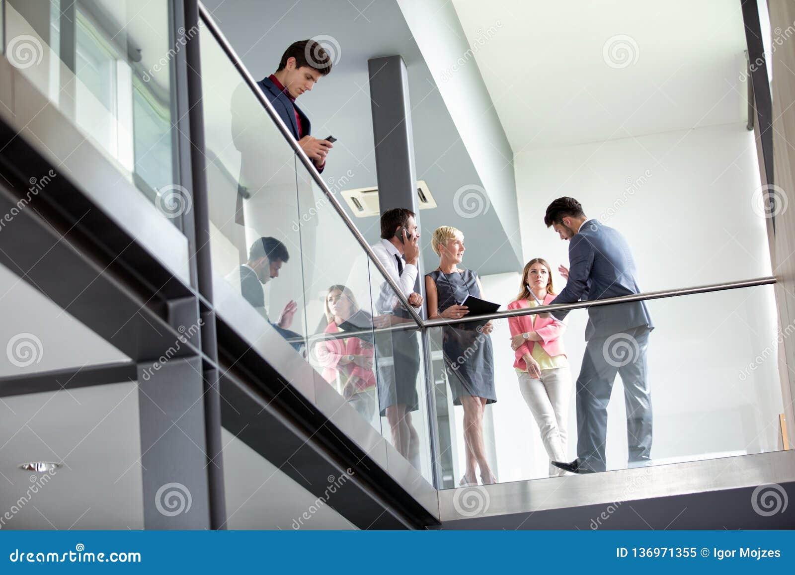 В бизнесменах говорить коридора неторопливый