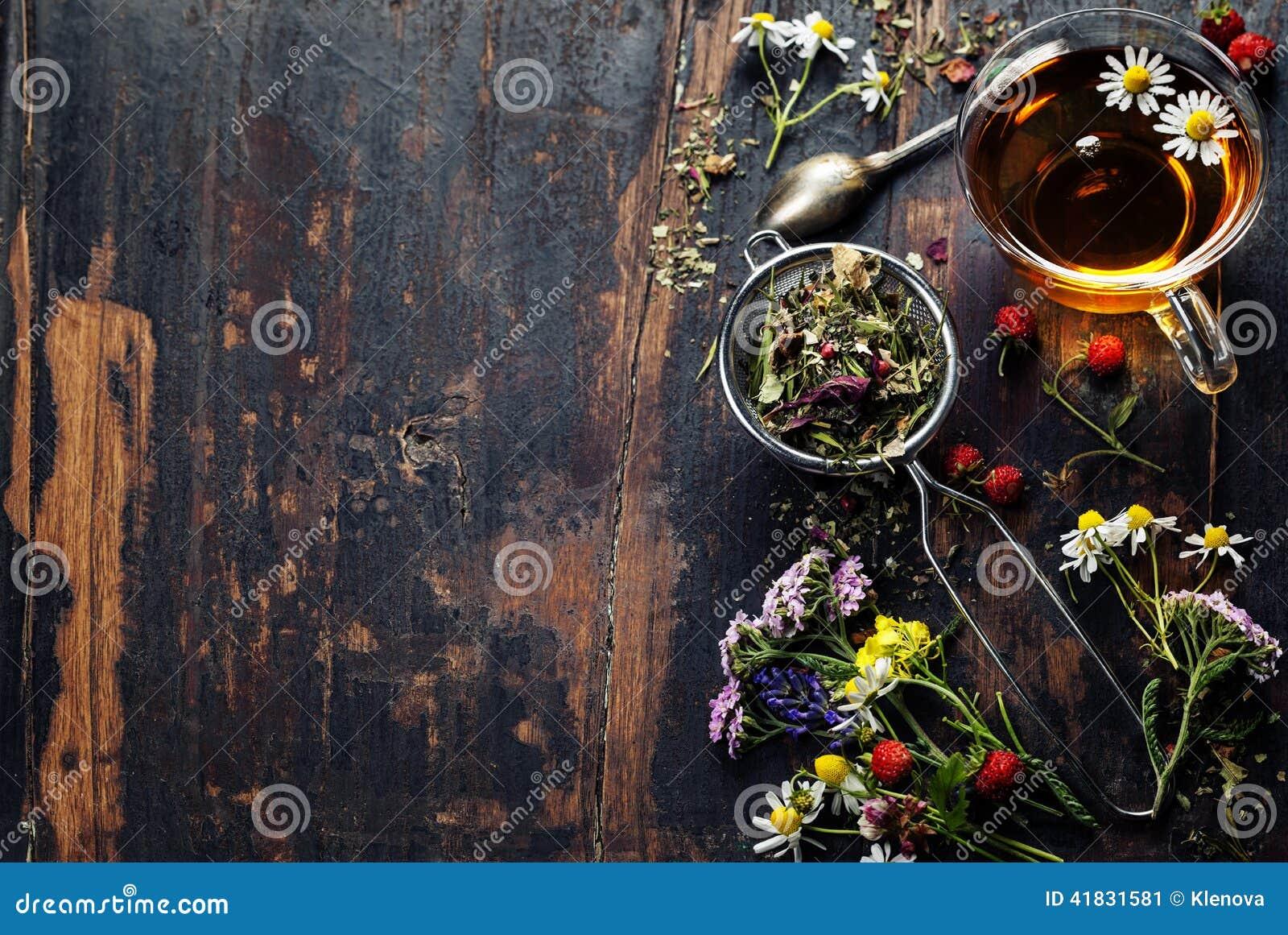 вливания horsetail фокуса equisetum чашки arvense чай стеклянного травяного naturopathy селективный