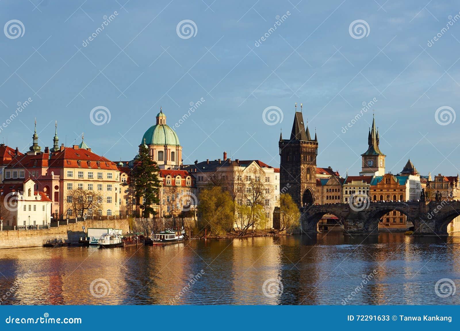 Download Вдоль реки Влтавы стоковое изображение. изображение насчитывающей туристы - 72291633