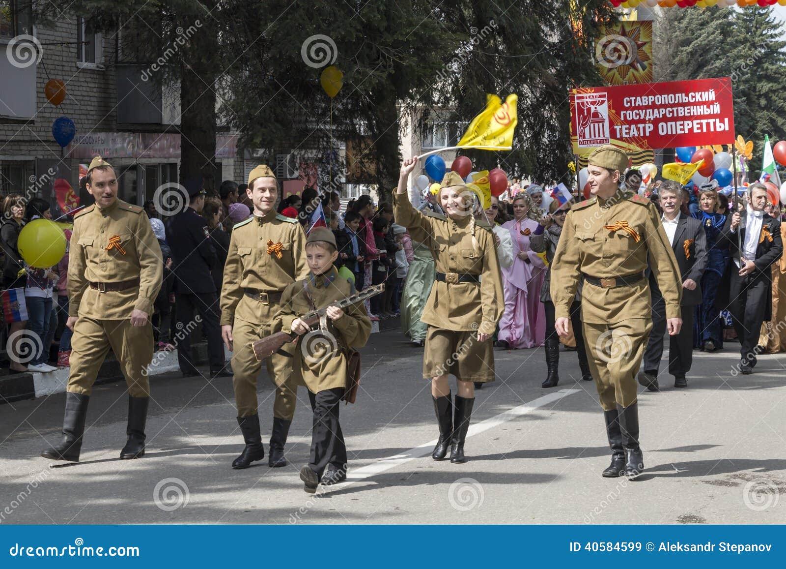 В торжественном шествии к дню победы в большом Patrioti
