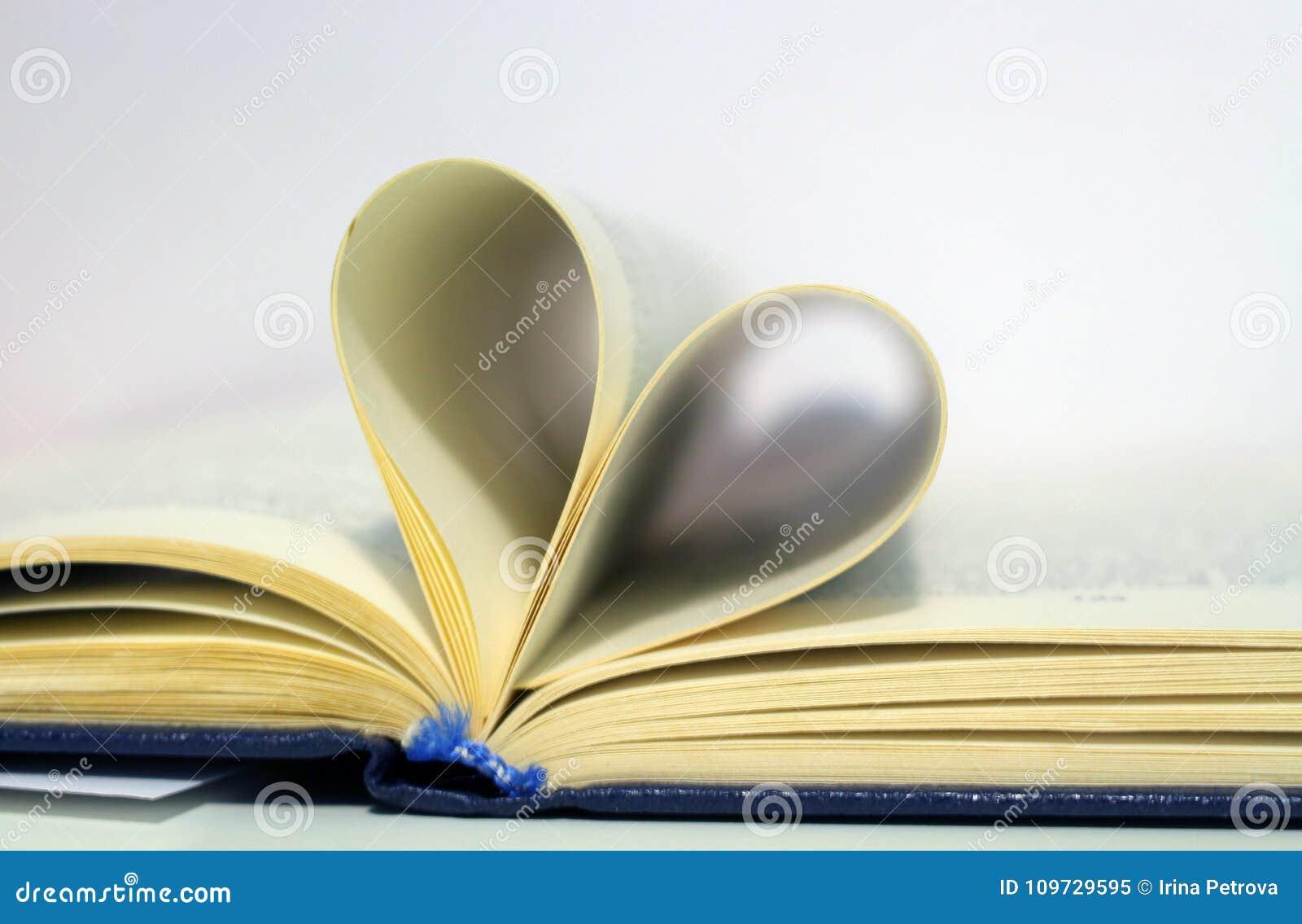 в форме Сердц страницы книги