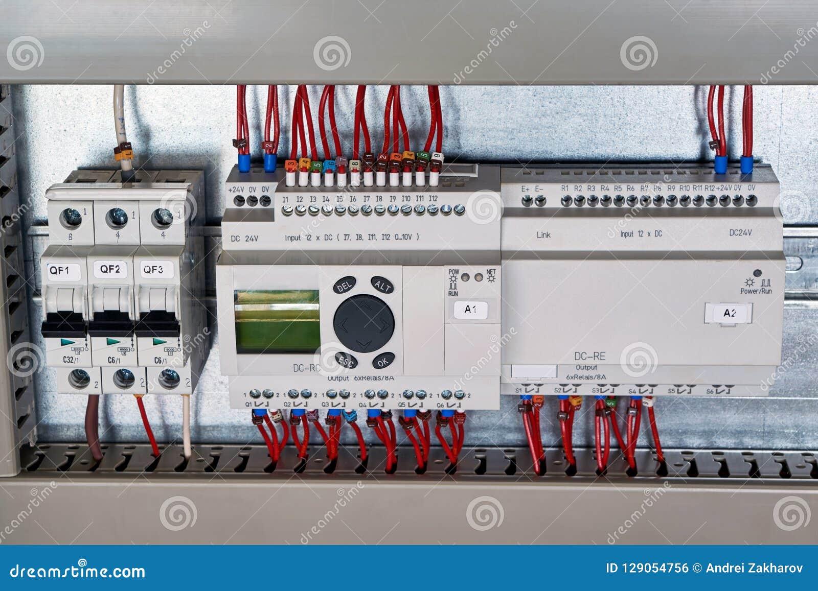 В электрическом автомате защити цепи шкафа, командное реле, блок расширения