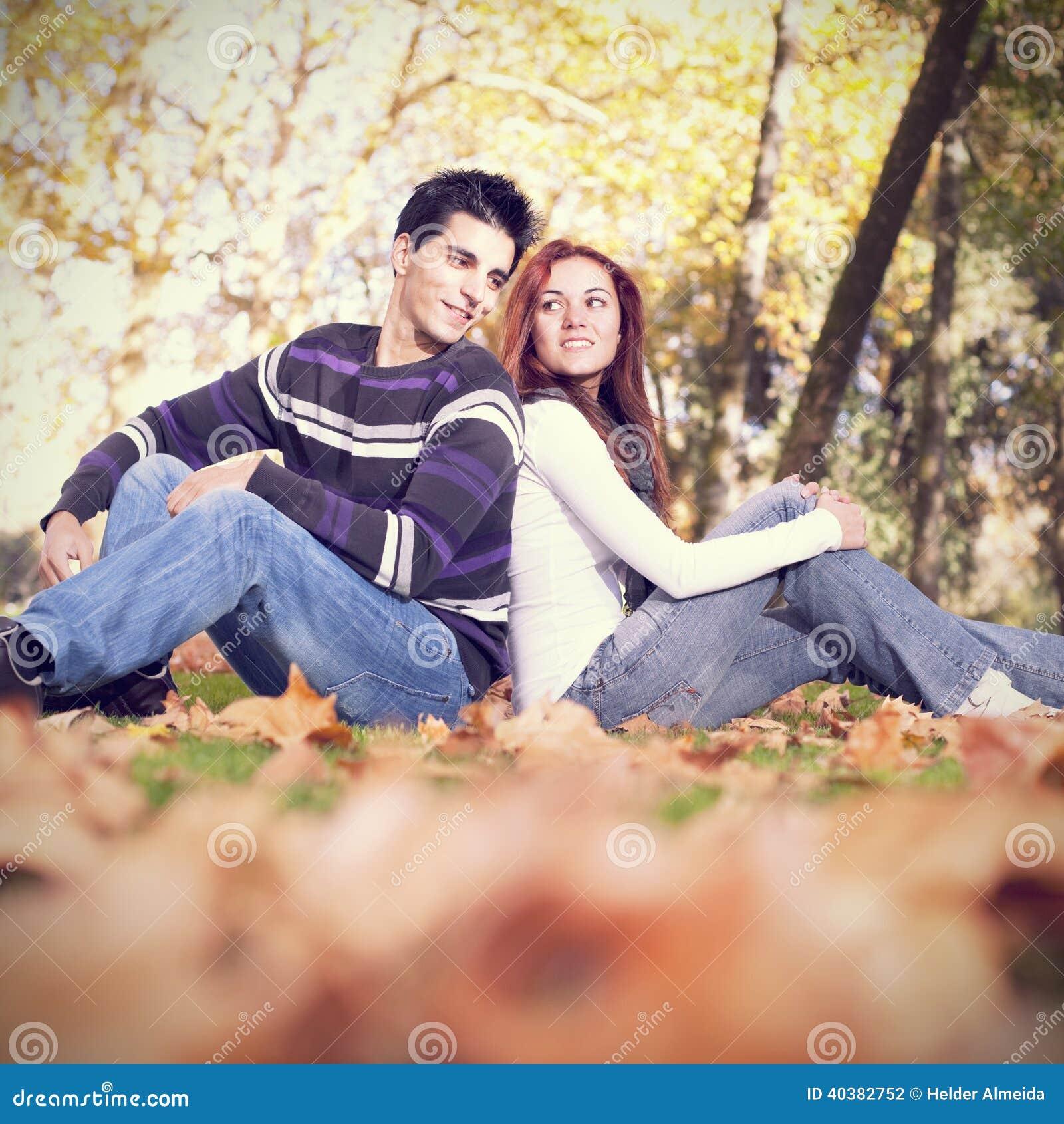 Влюбленность и привязанность между молодой парой
