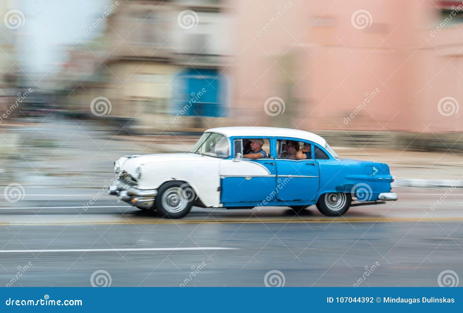 ГАВАНА, КУБА - 21-ОЕ ОКТЯБРЯ 2017: Старый автомобиль в Гаване, Кубе Pannnig Ретро корабль обычно используя как такси для местных