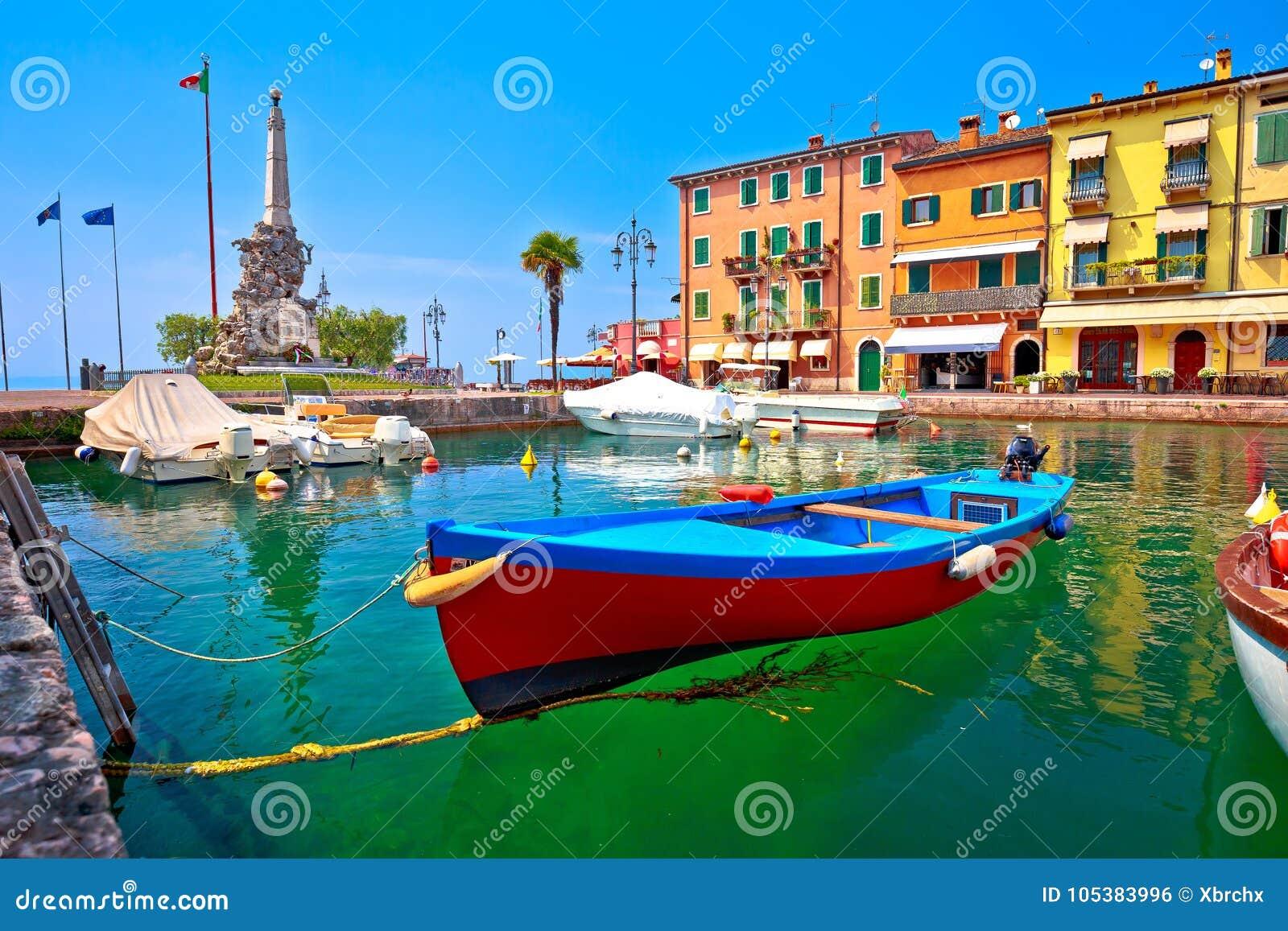 Гавань бирюзы Lazise и взгляд Lago di Garda