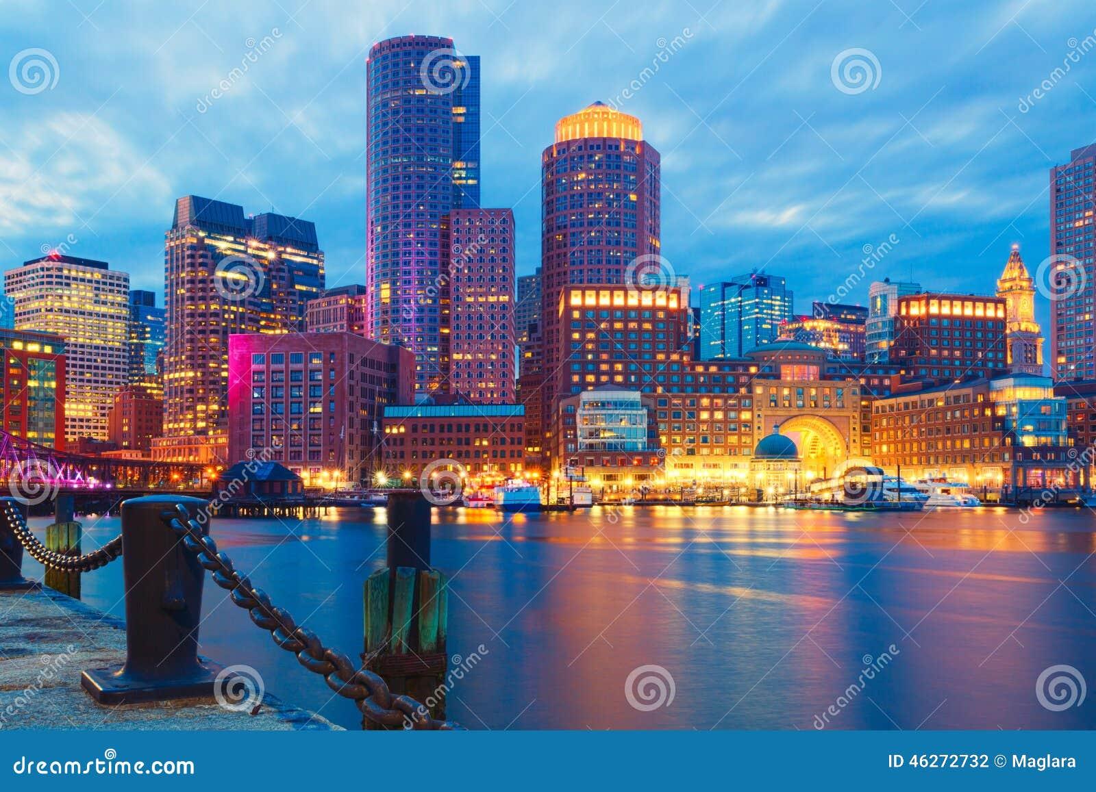 Гавань Бостона и финансовый район на заходе солнца Бостон, Массачусетс, США